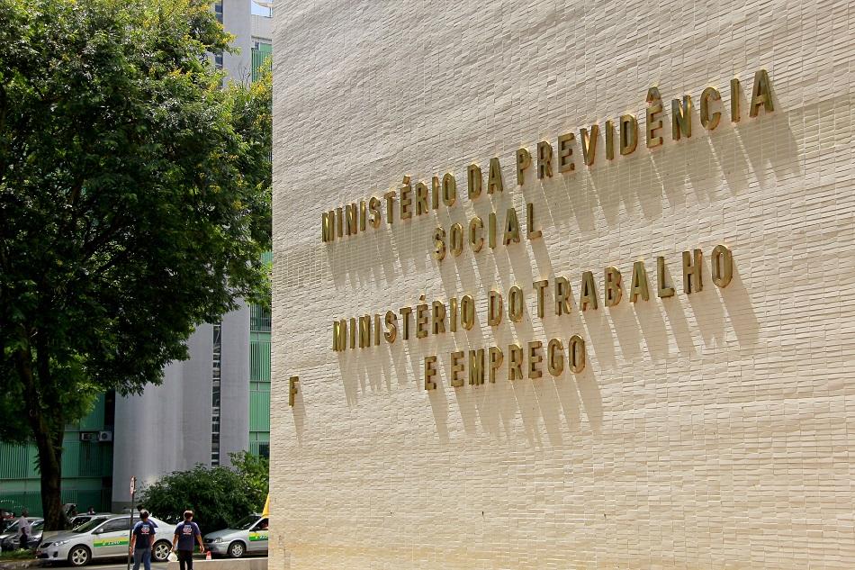 Governo estuda elevar contribuição previdenciária de servidores públicos
